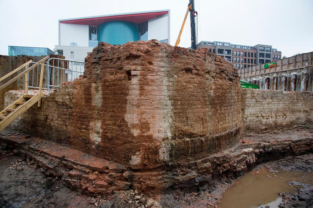 In Utrecht zijn resten gevonden van de hoofdpoort van kasteel Vredenburg tijdens archeologisch onderzoek bij de bouwwerkzaamheden van de nieuwe parkeergarage in het stationsgebied. De resten van de fundamenten van de hoofdpoort uit 1529. Het muurwerk wordt in blokken gezaagd en tijdelijk opgeslagen, later worden ze opgenomen in de parkeergarage zodat de resten zichtbaar zijn voor het publiek.<br /> <br /> In Utrecht remains of the main gate of castle Vredenburg are found during archaeological research in the construction of the new parking garage in the station area. The remains are the foundations of the main gate dated 1529. The masonry is cut into blocks and temporarily stored, later to be incorporated into the garage so that the remains are visible to the public.