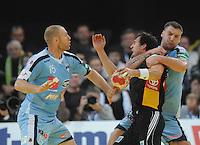 Handball EM Herren 2010 Vorrunde Slowenien - Deutschland 20.01.2010  Michael Mueller (GER Mitte) gegen  die Slowenen Ales Pajovic (links) und Miladin Kozlina
