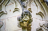 Le Vieillard<br />La chapelle de Bethl&eacute;em est une chapelle vou&eacute;e au culte catholique romain, situ&eacute;e &agrave; St Jean de Boiseau, en Loire-Atlantique.<br /> Le monument est construit au XVe&nbsp;si&egrave;cle, mais c&lsquo;est sa r&eacute;novation en 1995 qui le fait passer &agrave; la post&eacute;rit&eacute;.  Restaur&eacute;e par le sculpteur Jean-Louis Boistel,qui reprend  les codes de la&nbsp;mythologie, du&nbsp;christianisme et de l'&eacute;poque contemporaine, la chapelle se pare de sculptures pour le moins surprenantes :  gremlins, aliens et m&ecirc;me Goldorak.<br /> L&rsquo;origine sacr&eacute;e du lieu vient de la pr&eacute;sence d&lsquo;une source, aupr&egrave;s de laquelle, initialement, le&nbsp;druidisme&nbsp;cr&eacute;e une c&eacute;r&eacute;monie &agrave;&nbsp;Beltane, afin de c&eacute;l&eacute;brer la f&eacute;condit&eacute;. <br /> Les chim&egrave;res sont les suivantes&nbsp;:<br /> - pinacle&nbsp;nord-ouest, dit de l&lsquo;&acirc;me &laquo;&nbsp;l&lsquo;Homme&nbsp;&raquo;:<br /> &bull;un&nbsp;sanglier&nbsp;(traque du spirituel)<br /> &bull;un&nbsp;centaure&nbsp;(conflits entre instinct et raison)<br /> &bull;Sainte Anne&nbsp;a l&lsquo;ancre (fermet&eacute;, solidit&eacute;, tranquillit&eacute;, fid&eacute;lit&eacute;)<br /> &bull;Adam&nbsp;<br /> - l&rsquo;archivolte, pr&eacute;sentant l&rsquo;arbre de vie<br /> - pinacle&nbsp;ouest, dit de l&lsquo;&acirc;me &laquo;&nbsp;la Femme&nbsp;&raquo;:<br /> &bull;&Egrave;ve<br /> &bull;une&nbsp;triade&nbsp;(Alma,&nbsp;Dahud&nbsp;et&nbsp;Malgwen)<br /> &bull;une&nbsp;sir&egrave;ne&nbsp;(luxure)<br /> &bull;un&nbsp;serpent&nbsp;(le fantasme et le myst&egrave;re)&nbsp;<br /> - pinacle&nbsp;sud-ouest, dit de l&lsquo;inconscient<br /> &bull;Goldorak&nbsp;(droiture, chevalier des temps modernes)<br /> &bull;un&nbsp;Gremlin&nbsp;(mauvais monstre de l&lsquo;homme)<br /> &bull;Gizmo&nbsp;(bon monstre qu&lsquo;est l&lsquo;homme)<br /> &bull;l&lsquo;ironie&nbsp;(arrogance de l&lsquo;homme)&nbsp;<b