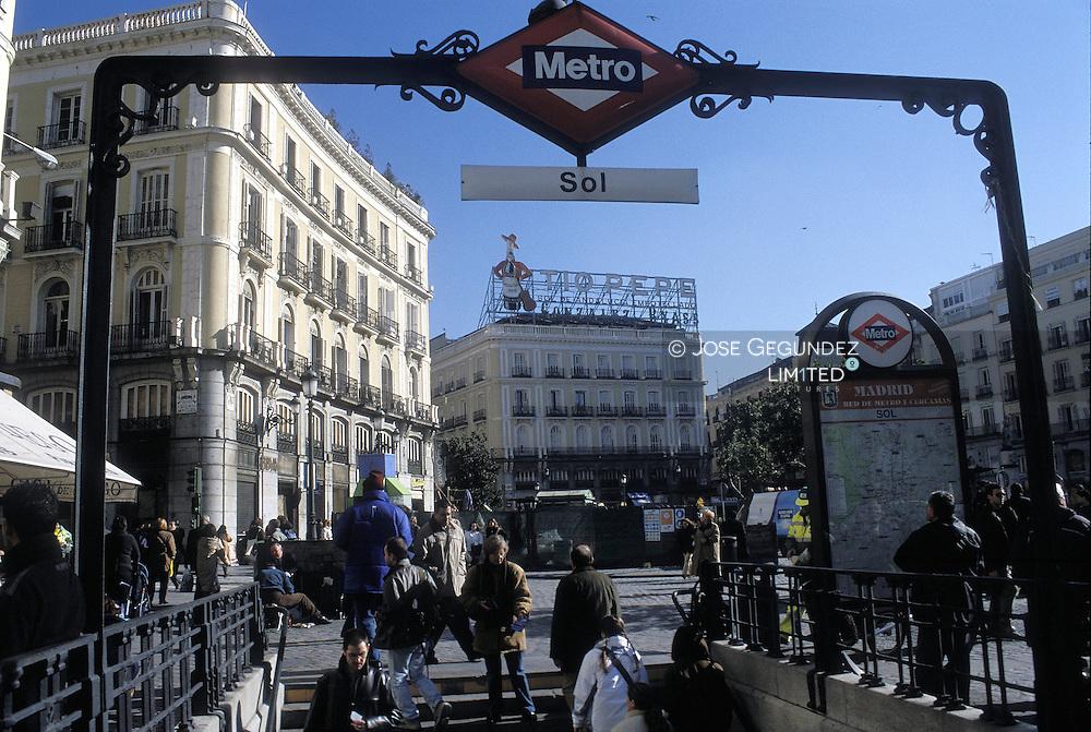UN RECORRIDO POR EL MADRID DEL SIGLO XXI. METRO DE SOL EN LA PUERTA DEL SOL CON EL EDIFICIO DEL TIO PEPE AL FONDO