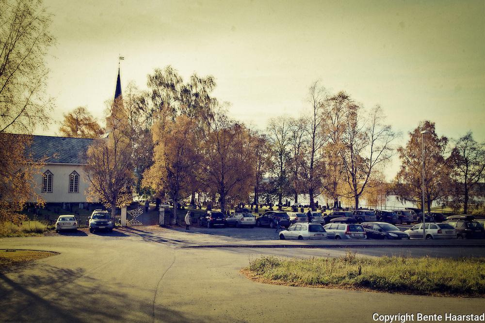 Godt bes&oslash;k under s&oslash;ndagsgudstjeneste i Kvam kirke i Steinkjer i Nord-Tr&oslash;ndelag. Langkirke i tre, ligger i Kvam sokn i Nord-Innherad prosti. Bygd i 1878. <br /> Arkitekt og byggansvarlig Rasmus M. Overrein. Grunnarbeidet ble gjort ved pliktarbeid.<br /> Kirka ble innviet av biskop Grimelund 13. november 1878. <br /> En del av inventaret ble flyttet over fra gammelkirka. Blant annet kirkeklokkene fra 1599 og1807. Den eldste klokka ble skiftet ut 31. juli 2012, med ei 85 kilo tung og 53 cm vid klokke, stemt i G. <br /> Orgel ble anskaffet i 1880, bygd av Mattias Kl&aelig;bo, Steinkjer. Altertavla kom p&aring; plass i 1883. Den er malt av kunstmaler Brun og framstiller Jesu d&aring;p.  <br /> Det var i sin tid uenighet om hvor kirka skulle plasseres. Derfor ble lokaliseringen avgjort av Kirkedepartementet i en kongelig resolusjon av 27. januar 1877, og bygget p&aring; &oslash;stre Kvam. <br /> Den gamle kirke l&aring; ovenfor husene p&aring; vestre Kvam. Her har det v&aelig;rt kirkested i mange hundre &aring;r. Blant annet ar det st&aring;tt ei lita stavkirke her. I 1671 ble det bygd ei kirke, som sto i 207 &aring;r, til 1878. (steinkjerleksikonet.no)