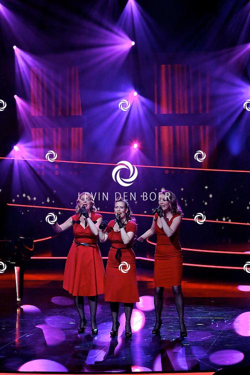 HILVERSUM - In studio 22 is de 2e liveshows begonnen van Hollands Got Talent. Met op de foto de vrouwen Esther Adelaar, Esther Floor en Isabella Scholte van de Choo Choos. FOTO LEVIN DEN BOER - PERSFOTO.NU