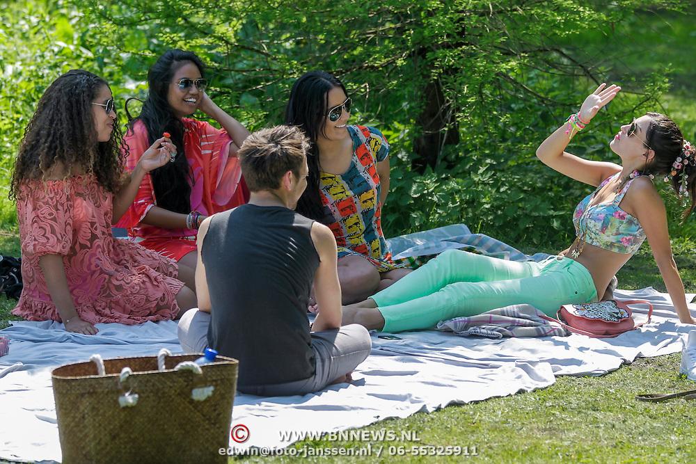 NLD/Amsterdam/20120523 - Yolanthe Sneijder - Cabau van Kasbergen en vriendinnen picknicken in het Vondelpark,