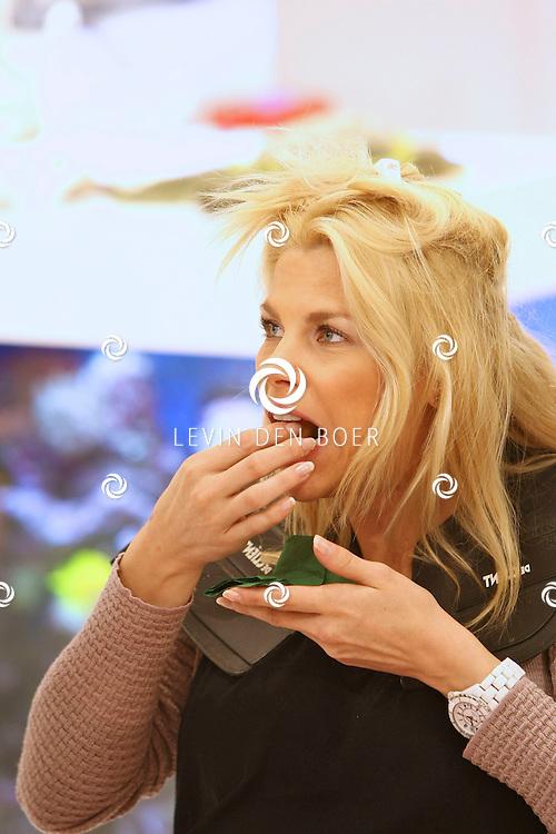 ANTWERPEN - In de kinderkledingwinkel Kayo aan de Museumstraat was een Difrax Mom's Moment georganiseerd. Diversen bekende vlamingen mochten gebruik van maken van diversen faciliteiten waaronder de kapper, visagiste en masseuse. Aan het einde van de verwendag kregen ze een goody bag vol met allerlei baby spullen. FOTO LEVIN DEN BOER - PERSFOTO.NU