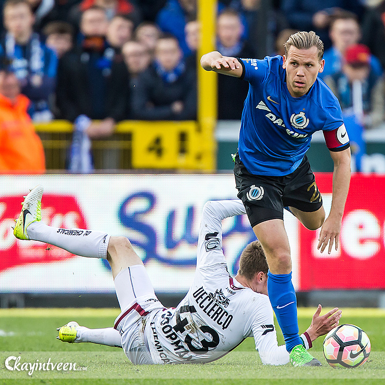 BRUGGE - Club Brugge - Zulte Waregem , Voetbal , Seizoen 2016/2017 , Jupiler Pro League Belgie Play-off 1 , Jan Breydel Stadion , 01-05-2017 , Club Brugge speler Ruud Vormer (r) in duel met Zulte Waregem speler Sander Coopman (l)