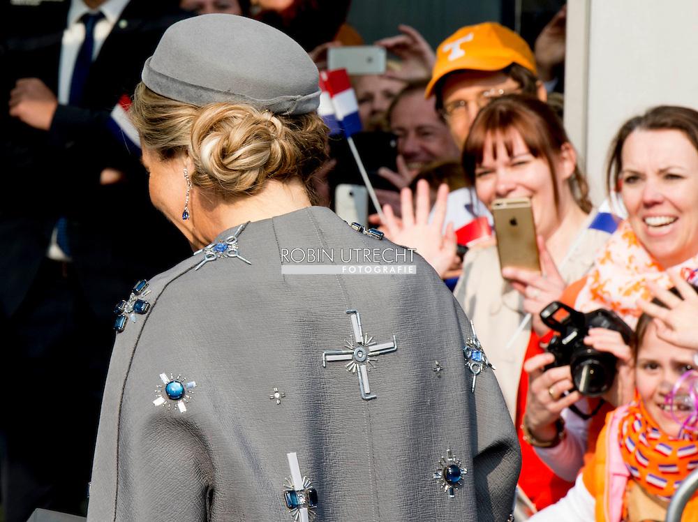 """De kostbare applicaties op de grijze mantel die koningin Máxima droeg bij het koninklijk werkbezoek aan het Beierse Erlangen en Neurenberg hebben voor enige opschudding gezorgd op sociale media. De kunstige vormen op de door Claes Iversen ontworpen jas zouden uit de verte doen denken aan een hakenkruis en een IJzeren kruis.  Neurenberg - Koning Willem-Alexander en koningin Maxima tijdens een rondje Neurenberg. Het koningspaar brengt een tweedaags werkbezoek aan de Duitse deelstaat Beieren met als doel de goede relatie tussen Nederland en Beieren te versterken. koningin een mantel van Claes Iversen. Koning Willem-Alexander en koningin Maxima bij Justitiepaleis Neurenberg en Saal 600, waar de processen van Neurenberg na afloop van de Tweede Wereldoorlog hebben plaatsgevonden NEURENBERG - Koning Willem-Alexander en koningin Maxima sluiten hun werkbezoek af in het voormalig werk- en woonhuis van de Neurenbergse schilder Albrecht DŸrer (1471-1528). Het koningspaar brengt een tweedaags werkbezoek aan de Duitse deelstaat Beieren met als doel de goede relatie tussen Nederland en Beieren te versterken.  De grijze mantel uit de """"8-pieces"""" collectie is gemaakt in een double face. Het is hand geborduurd met kristallen, pailleten, ijzeren schroeven, bouten, moertjes en plexiglas elementen. De collectie is een ode aan de oude couture, ambacht en vakmanschap. De combinatie van couture silhouetten met moderne materialen en bewerkingen, maakt de collectie toch heel modern. Door toevoeging van constructieve ijzerwaren elementen wordt een referentie gemaakt naar het belang dat Claes Iversen hecht aan constructie en vakmanschap. copyright robin utrecht"""