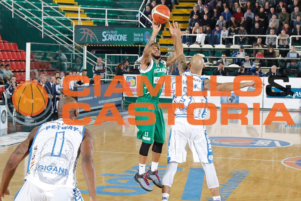 DESCRIZIONE : Avellino Lega A 2015-16 Sidigas Avellino Banco di Sardegna Sassari<br /> GIOCATORE : Taurean Green<br /> CATEGORIA : tiro tre punti<br /> SQUADRA : Sidigas Avellino <br /> EVENTO : Campionato Lega A 2015-2016 <br /> GARA : Sidigas Avellino Banco di Sardegna Sassari<br /> DATA : 09/11/2015<br /> SPORT : Pallacanestro <br /> AUTORE : Agenzia Ciamillo-Castoria/A. De Lise <br /> Galleria : Lega Basket A 2015-2016 <br /> Fotonotizia : Avellino Lega A 2015-16 Sidigas Avellino Banco di Sardegna Sassari