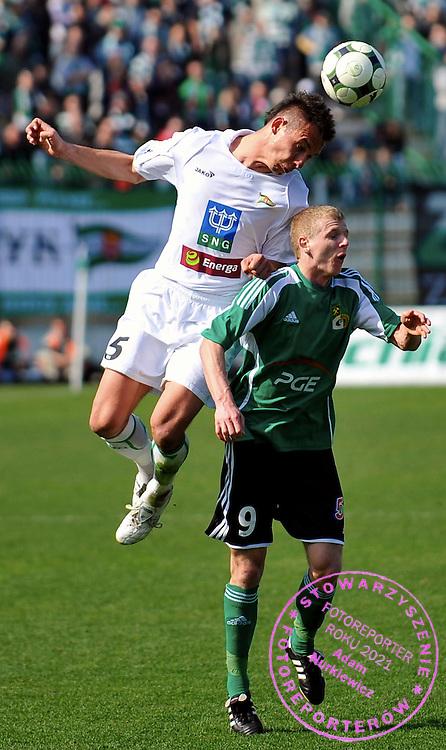 11/04/2009 Gdansk Mecz o Mistrzostwo Ekstraklasy 23 kolejka Lechia Gdansk (biale koszulki) - GKS Belchatow (koszulki zielone)  Nz Krzysztof Bak (lechia) i Dawid Nowak (GKS)  Fot. Radek Potakowski   / MEDIASPORT