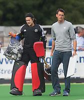 AMSTELVEEN - HOCKEY - Pinoke coach Maarten Stenvers  met Rachelle Groot  (l) tijdens de eerste competitiewedstrijd van het nieuwe seizoen tussen de vrouwen van Pinoke en Bloemendaal. COPYRIGHT KOEN SUYK