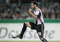 Fussball  UEFA Pokal  Halbfinale  Rueckspiel  Saison 2006/2007 Werder Bremen - Espanyol Barcelona              ITO (Barcelona), Einzelaktion am Ball