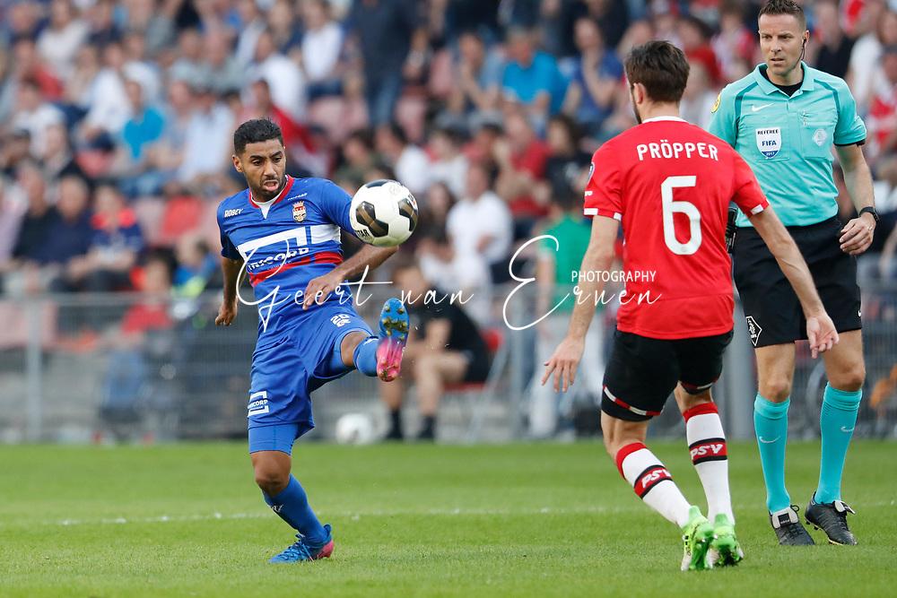 09-04-2017 VOETBAL:PSV-WILLEM II:EINDHOVEN<br /> Anouar Kali van Willem II in duel met Davy Propper van PSV <br /> <br /> Foto: Geert van Erven