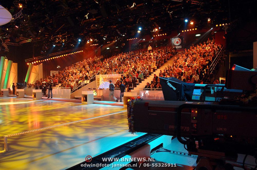 NLD/Hilversum/20070302 - 8e Live uitzending SBS Sterrendansen op het IJs 2007, verlichte studiovloer met camera in de aanslag