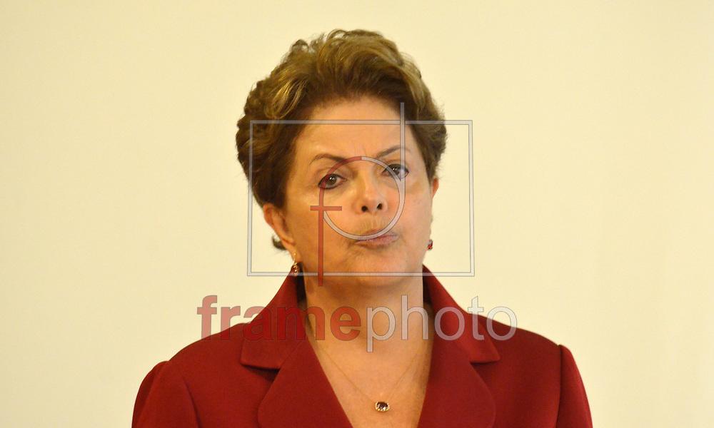 Brasilia (DF),05/02/2015 -DF - A presidente Dilma Rousseff (d) durante cerimônia de posse do novo ministro da Secretaria de Assuntos Estratégicos, Mangabeira Unger (e), no Palácio do Planalto, em Brasília . Foto: Renato Costa / Frame