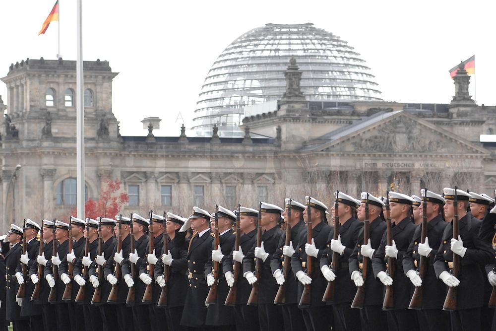 30 OCT 2006, BERLIN/GERMANY:<br /> Wachbatailon der Bundeswehr, hier Soldaten der Marine, angetreten zur Begruessung eines Staatsgastes mit militaerischen Ehren, Ehrenhof, Bundeskanzleramt, im Hintergrund das Reichstagsgebaeude<br /> IMAGE: 20061030-01-015<br /> KEYWORDS: milit&auml;rische Ehren, Wachbatailon der Bundeswehr, Soldaten, Marine, Reichstagskuppel