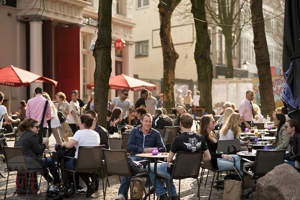 Mensen genieten in Utrecht van het mooie weer op een terras.<br /> <br /> People are enjoying the nice sun on a terrace in Utrecht.