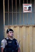 Vespasiano_MG, 07 de Julho de 2010...VEJA - CASO GOLEIRO DO FLAMENGO BRUNO ..Policiais realizam trabalho de buscas no quintal da casa onde supostamente estariam os restos mortais da modelo Eliza Samudio...FOTO: MARCUS DESIMONI / NITRO