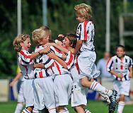 30-08-2008 VOETBAL:AUDAX JEUGDTOERNOOI 2008:TILBURG<br /> De D-pupillen hebben weer een doelpunt te vieren en juichen na de gelijkmaker<br /> Foto: Geert van Erven