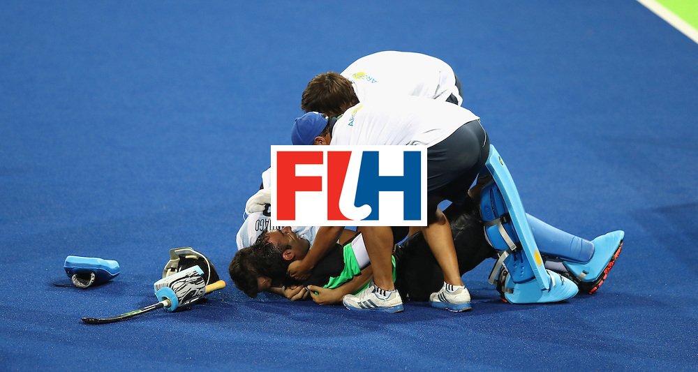 RIO DE JANEIRO, BRAZIL - AUGUST 18:  Argentina goalkeeper Juan Vivaldi is mobbed by team mates as they celebrate their 4-2 victory to win the gold medal during the Men's Gold Medal match between Argentina and Belgium on Day 13 of the Rio 2016 Olympic Games held at the Olympic Hockey Centre on August 18, 2016 in Rio de Janeiro, Brazil.  (Photo by David Rogers/Getty Images)