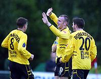 Fotball, 12. juni 2002. NM fotball herrer. Kjelsås - Start 2-3. Richardas Benicius, Start, jubler sammen med Terje Leonardsen og Lee Robertson.