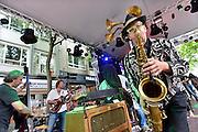 Nederland, Nijmegen, 12-7-2014Recreatie, ontspanning, cultuur, muziek en theater in de augustijnenstraat tijdens de zomerfeesten. Een van de vele feestlocaties in de stad. De vierdaagsefeesten zijn het grootste evenement van Nederland.Foto: Flip Franssen/Hollandse Hoogte