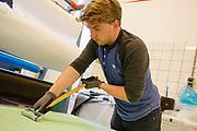 Een teamlid prepareert het schuim voor de kappen. In Delft wordt de VeloX 7 gebouwd in de D:Dreamhall. In september wil het Human Power Team Delft en Amsterdam, dat bestaat uit studenten van de TU Delft en de VU Amsterdam, tijdens de World Human Powered Speed Challenge in Nevada een poging doen het wereldrecord snelfietsen voor vrouwen te verbreken met de VeloX 7, een gestroomlijnde ligfiets. Het record is met 121,44 km/h sinds 2009 in handen van de Francaise Barbara Buatois. De Canadees Todd Reichert is de snelste man met 144,17 km/h sinds 2016.<br /> <br /> In Delft the Velox 7 is produced. With the VeloX 7, a special recumbent bike, the Human Power Team Delft and Amsterdam, consisting of students of the TU Delft and the VU Amsterdam, also wants to set a new woman's world record cycling in September at the World Human Powered Speed Challenge in Nevada. The current speed record is 121,44 km/h, set in 2009 by Barbara Buatois. The fastest man is Todd Reichert with 144,17 km/h.