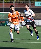 AMSTELVEEN  - Hockey -  1e wedstrijd halve finale Play Offs dames.  Amsterdam-Bloemendaal (5-5), Bl'daal wint na shoot outs. Jamie Dwyer (Bldaal)  met Fergus Kavanagh (A'dam) .    COPYRIGHT KOEN SUYK