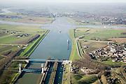Nederland, Gelderland, Rijswijk, 11-02-2008; Prinses Marijkesluizen in het Amsterdam-Rijnkanaal, kruising met de rivier de Rijn, rechts de Nederrijn, naar links de Lek; de ronde vormen in het water zijn zwaaikommen en kunnen gebruikt worden door binnenvaartschepen om te keren; in de verte de tweede serie sluizen (Prinses Irenesluizen); midden rechts het dorpje Rijswijk, in de verte (rechts) aan de andere kant van de rivier - met veerpont - Wijk bij Duurstede; Amsterdam Rijnkanaal;..luchtfoto (toeslag); aerial photo (additional fee required); .foto Siebe Swart / photo Siebe Swart Amsterdam-Rijnkanaal.