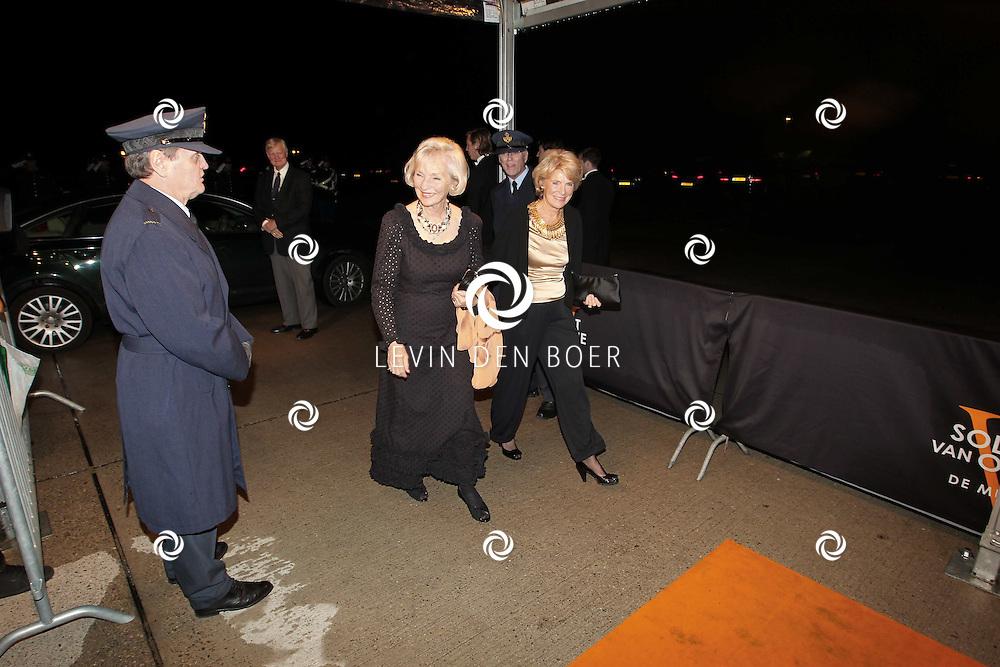 KATWIJK -Prinses Irene (L) en Karin Hazelhoff Roelfzema (R) zaterdag op de oranje loper van de galapremiere van Soldaat van Oranje - de Musical in de Theater Hangaar op de oude vliegbasis Valkenburg bij Katwijk. FOTO LEVIN DEN BOER - PERSFOTO.NU