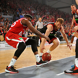 21.06.2015, Brose Arena, Bamberg, GER, Beko Basketball BL, Brose Baskets Bamberg vs FC Bayern Muenchen, Playoffs, Finale, 5. Spiel, im Bild Dawan Robinson (Brose Baskets Bamberg / links) und Anton Gavel (FC Bayern Muenchen / rechts) versuchen an den Ball zu kommen. Hinten rechts: Dusko Savanovic (FC Bayern Muenchen) // during the Beko Basketball Bundes league Playoffs, final round, 5th match between Brose Baskets Bamberg and FC Bayern Muenchen at the Brose Arena in Bamberg, Germany on 2015/06/21. EXPA Pictures &copy; 2015, PhotoCredit: EXPA/ Eibner-Pressefoto/ Merz<br /> <br /> *****ATTENTION - OUT of GER*****