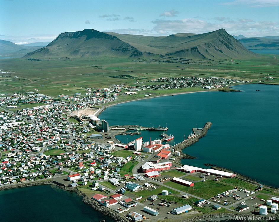 Akranes, Haraldur Böðvarsson hf húsakynni fremst ímyndinni /.Akranes, Haraldur Bodvarsson fishprocessing plants (red and white buildings)