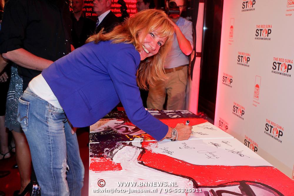 NLD/Amsterdam/20110925 - Benefietavond Red Sun Stichting Stop Kindermisbruik, CXenia Kaspers ondertekend een schilderij