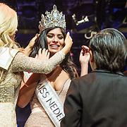 NLD/Hilversum/20131208 - Miss Nederland finale 2013, Stephanie Tency kroont de nieuwe miss Nederland Universe Yasmin Verheijen