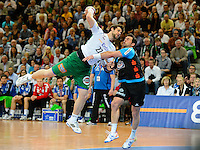 Momir Rnic (FAG) im Sprungwurf, gegen rechts Florian Kehrmann (TBV)