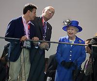 Olympia 2012 London   Aquatics Centre  28.07.2012 Lord Sebastian Coe, John Harmitt und Koenigin Elizabeth II. (v.li.) schauen sich die Schwimm-Vorlaeufe an.