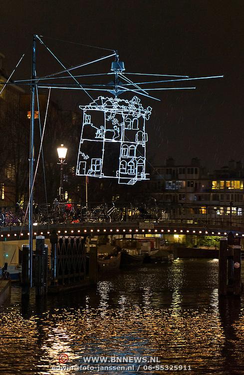 In de periode van 6-12-2013 tot en met 19-01-2014 toont het Amsterdam Light Festival een collectie werken van nationale en internationale kunstenaars, die zich bezig hebben gehouden met het thema Building with Light. Op de foto het kunstwerk Drawn in Light naast de Stopera.