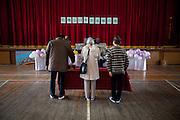 Ishinomaki  Minato Shogako  Ceremonie commémorative  11 mars 2012.Un autel est dressé dans la salle de sport de lancien collège. Le Minato Shogako fut un centre de réfugiés jusquen septembre 2011. Aujourdhui, les anciens résidents se retrouvent pour une commémoration.