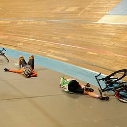 valpartij tijdens de puntenkoers voor junior vrouwen tijden het NK baanwielrennen