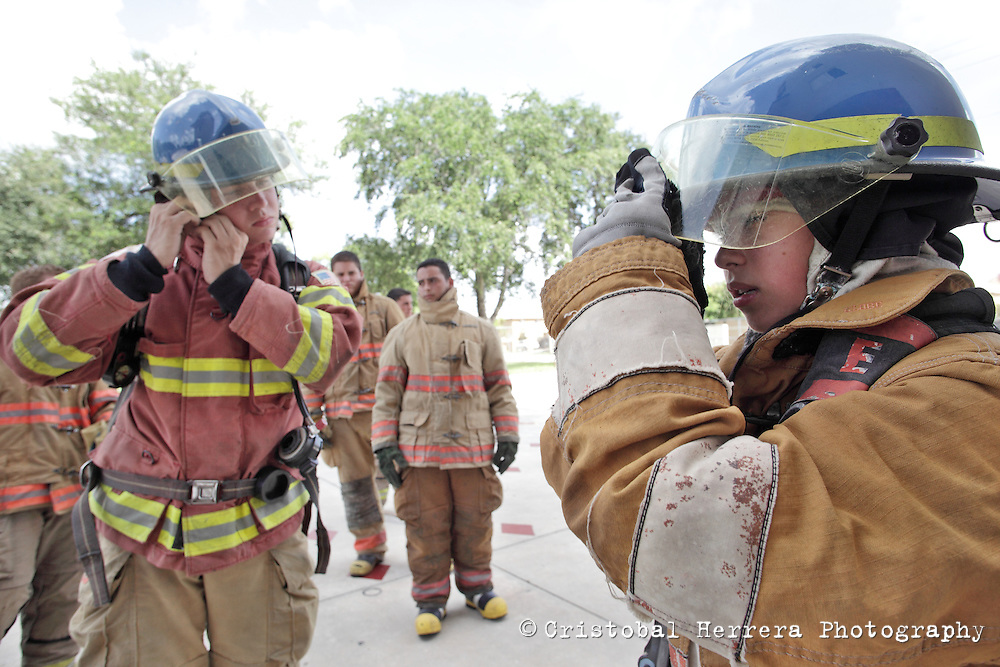 (CH)fl-bomberos-escuela-CHg--Firefights and students during their training session at City of Hialeah Firefighters Department, station number 7 on August 16, 2012.  Staff photo/Cristobal Herrera Hialeah News
