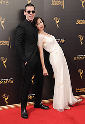 Kristen Schaal, John Roberts bei der Ankunft zur Verleihung der Creative Arts Emmy Awards in Los Angeles / 110916 <br /> <br /> *** Arrivals at the Creative Arts Emmy Awards in Los Angeles, September 11, 2016 ***