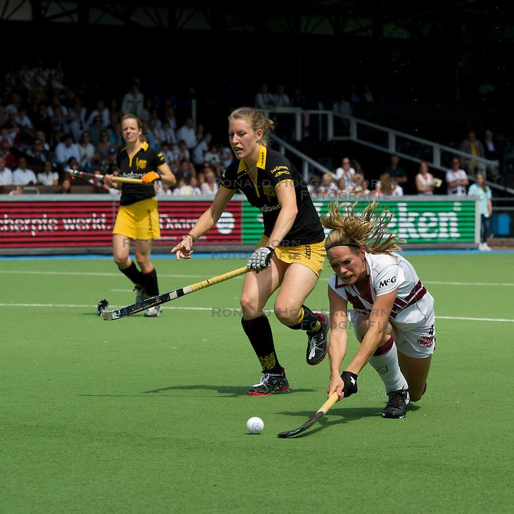 21-05-2011 HOCKEY: PLAY-OFF HALVE FINALE AMSTERDAM - DEN BOSCH: AMSTELVEEN<br /> (L-R) Pauline Brugts, Kitty van Male (voorgrond)<br /> &copy;2011-WWW.FOTOHOOGENDOORN.NL / Peter Schalk