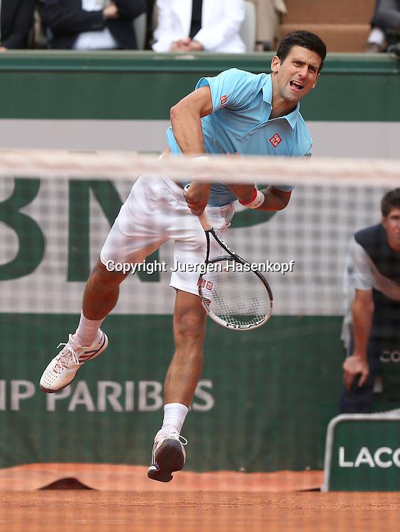 French Open 2014, Roland Garros,Paris,ITF Grand Slam Tennis Tournament,<br /> Novak Djokovic (SRB),Aktion,Aufschlag,Einzelbild,<br /> Ganzkoerper,Hochformat,