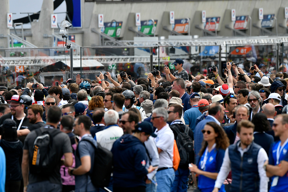 fans, grid walk, pre-race, atmosphere<br /> Saturday 16 June 2018<br /> 24 Hours of Le Mans<br /> 2018 24 Hours of Le Mans<br /> Circuit de la Sarthe  FR<br /> World Copyright: Scott R LePage