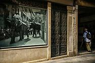 Scena dal sestiere Castello. La foto a sinistra ricorda l'arrivo di un gruppo di elefanti a Venezia, prima della seconda guerra mondiale. Attualmente Venezia è visitata da circa 25-30 milioni di turisti all'anno.