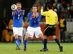 14.06.2010, Cape Town Stadium, Kapstadt, RSA, FIFA WM 2010, Italien vs Paraguay im Bild Daniele De Rossi und Giorgio Chiellini (Italia) disskutieren auf italienische Art und _Weise mit Schiedsrichter Benito Achundia (MEX), EXPA Pictures © 2010, PhotoCredit: EXPA/ InsideFoto/ G. Perottino, ATTENTION! FOR AUSTRIA AND SLOVENIA ONLY!!! / SPORTIDA PHOTO AGENCY