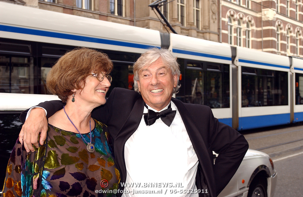 Uitreiking Bert Haantra Oeuvreprijs 2004, Paul Verhoeven en partner Martine Tours