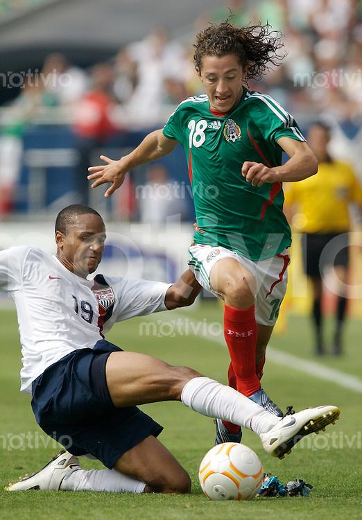 Fussball International Gold Cup Finale USA 2-1 Mexiko Ricardo Clark (USA, li) gegen Jose Andres Guardado (MEX)