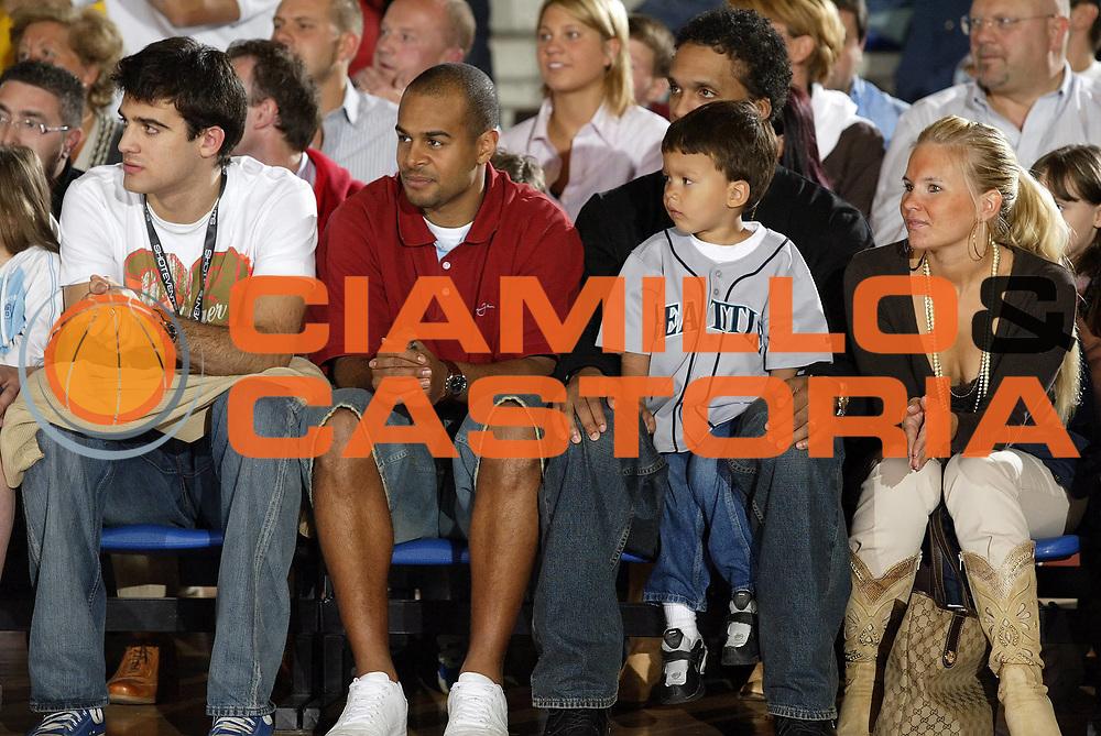 DESCRIZIONE : Biella Harlem Globetrotters Italian Tour 2006<br /> GIOCATORE : Williams Smith Ganeto<br /> SQUADRA : Angelico Biella<br /> EVENTO : Harlem Globetrotters Italian Tour 2006<br /> GARA : Harlem Globetrotters Nationals<br /> DATA : 01/06/2006<br /> CATEGORIA : <br /> SPORT : Pallacanestro<br /> AUTORE : Agenzia Ciamillo-Castoria/G.Cottini