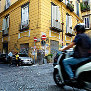 Scooter in old Naples, Italy. Scooter dans le vieux Naples, Italie.