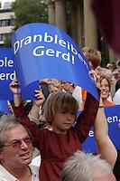 """05 AUG 2002, HANNOVER/GERMANY:<br /> Kleines Maedchen mit Plakat """"Dranbleiben, Gerd!"""", vor Beginn der SPD Kundgebung zum Wahlkampfauftakt, Opernplatz<br /> IMAGE: 20020805-01-016<br /> KEYWORDS: Kind, child, Wahlkampfplakat, Sozialdemokraten, Mädchen"""