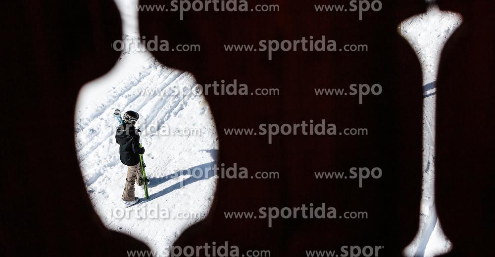 THEMENBILD - eine Skifahrerin mit ihren Skiern, aufgenommen am 06. Februar 2016, Saalbach, Österreich // a skier hold her skis in Saalbach, Austria on 2016/02/06. EXPA Pictures © 2016, PhotoCredit: EXPA/ JFK